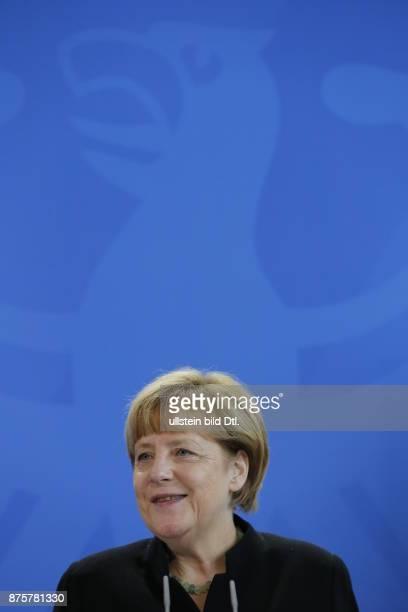 Der 16jährige Preisträger Leonard Bauersfeld aus Lörrach stellt der Bundeskanzlerin Angela Merkel in Berlin am 17 September 2014 seine Arbeit vor mit...