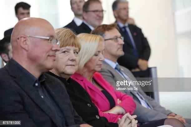 Der 16jährige Preisträger Leonard_Bauersfeld aus Lörrach stellt der Bundeskanzlerin Angela Merkel in Berlin am 17 September 2014 seine Arbeit vor mit...