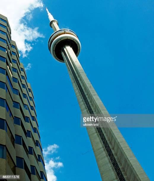 Der 553 m hohe CN Tower ein Wahrzeichen Torontos urspruenglich von der Canadian National Railway erbaut war bis 2009 das hoechste freistehende...