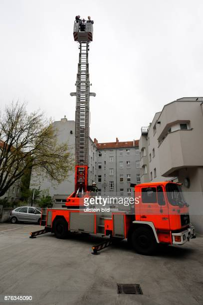 Der amerikanische Botschafter John B Emerson Innensenator Frank Henkel und Landesbranddirektor Wilfried Gräfling besuchen gemeinsam die Feuerwache...