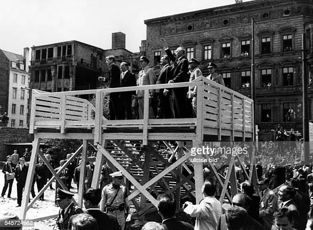 Der amerikanische Präsident John FKennedy auf einemBeobachtungsstand am Checkpoint Charlierechts Bundeskanzler KonradAdenauer links neben ihm der...