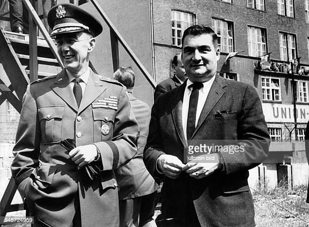 Der amerikanische Stadtkommandant vonBerlin Generalmajor James Polk mit Pierre Salinger dem PressechefKennedys am Checkpoint Charlie währenddes...
