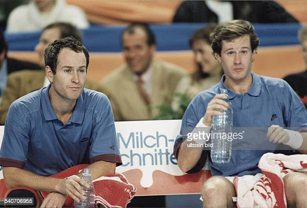 Der amerikanische Tennisspieler John McEnroe nimmt zusammen mit seinem Bruder Patrick im HerrenDoppel an den EurocardClassics in Stuttgart teil