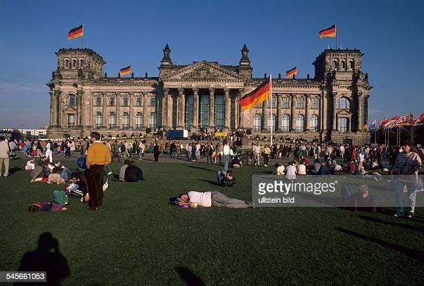 Der belebte Platz der Republik am Tagder Wiedervereinigung