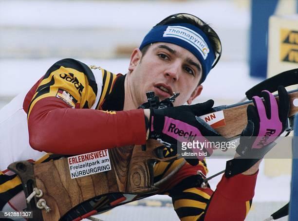 Der Biathlet Ricco Groß beim Schießen während des BiathlonWeltcups 1999 in Antholz
