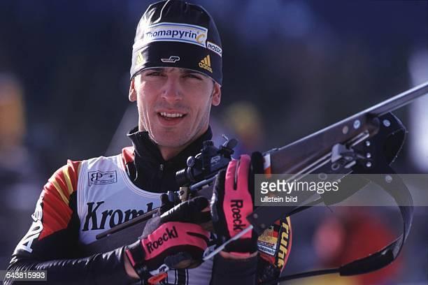 Der Biathlet Ricco Groß mit Gewehr beim Weltcup
