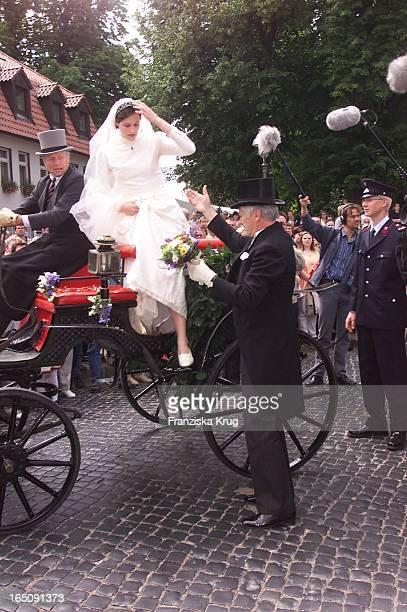 Der Brautvater Hilft Braut Thyra Aus Der Kutsche Bei H Von Hannover T Von Westernhagen Hochzeit