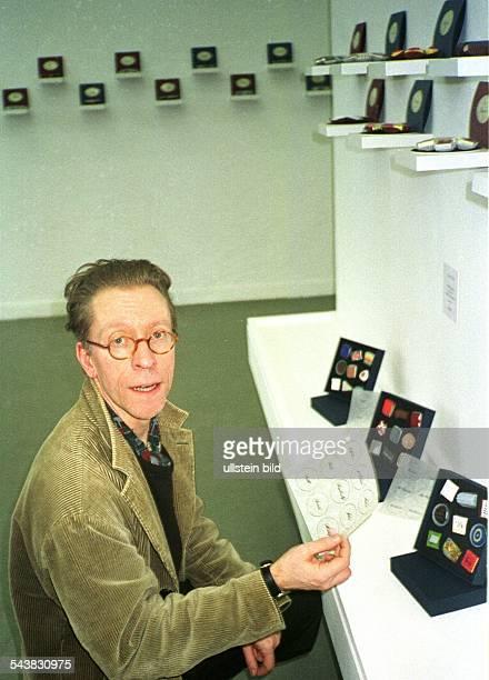 Der britische Künstler David Neat in seiner Ausstellung 'FaimdeSiècle' im Foyer des Hamburger Kunsthauses Bei seinen Kunstwerken handelt es sich um...
