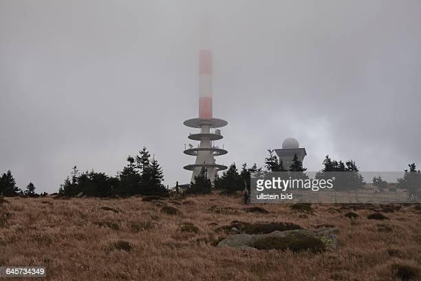Der Brocken liegt im Harz und hat eine Höhe von 1141 m Die von einer Dampflok gezogene Schmalspurbahn fährt bis auf den Gipfel des Brocken und wieder...