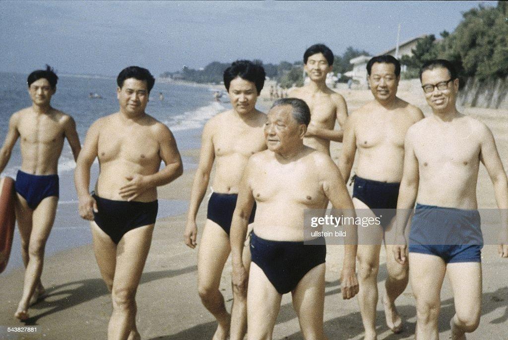 Der chinesische Politiker Deng Xiaoping mit dunkler Badehose am Strand Das exakte Aufnahmedatum ist nicht bekannt