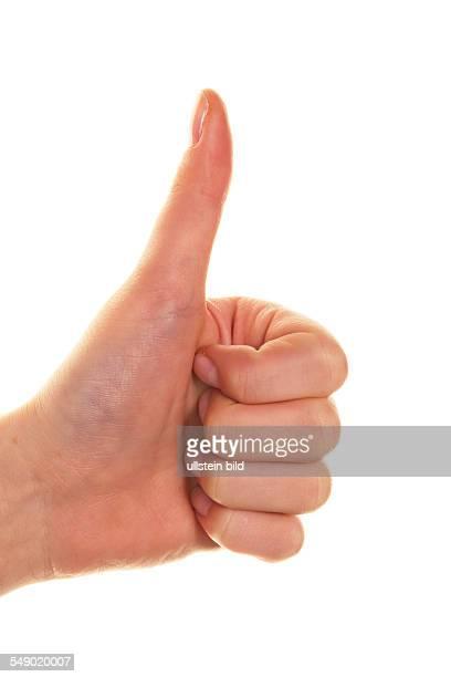 Der Daumen einer Frauenhand zeigt nach oben Geste für Erfolg