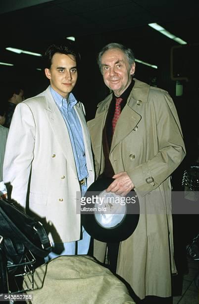 Der deutsche Entertainer und Schauspieler Harald Juhnke mit seinem Sohn OliverMarlon auf dem Flughafen Aufgenommen um 1997