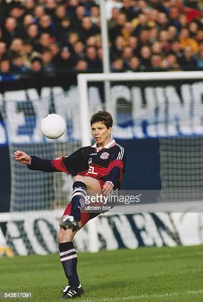 Der deutsche Fußballprofi Michael Tarnat im Trikot von Bayern München