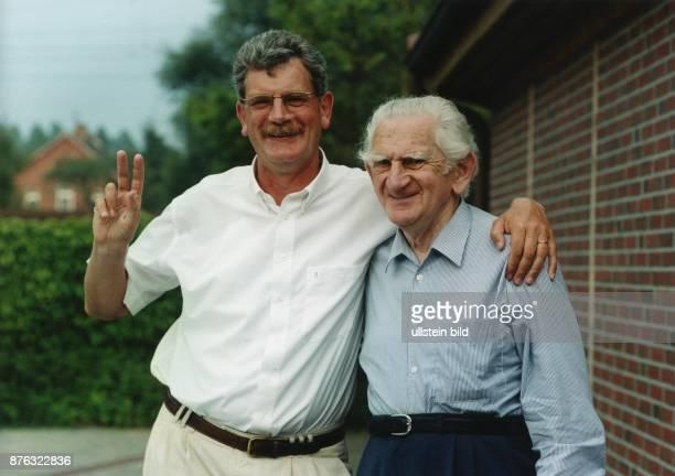 Der deutsche Politiker Michael Goldmann Vorsitzender und Spitzenkandidat der FDP Niedersachsen für die Landtagswahl 1998 Er hat die Hand zum...