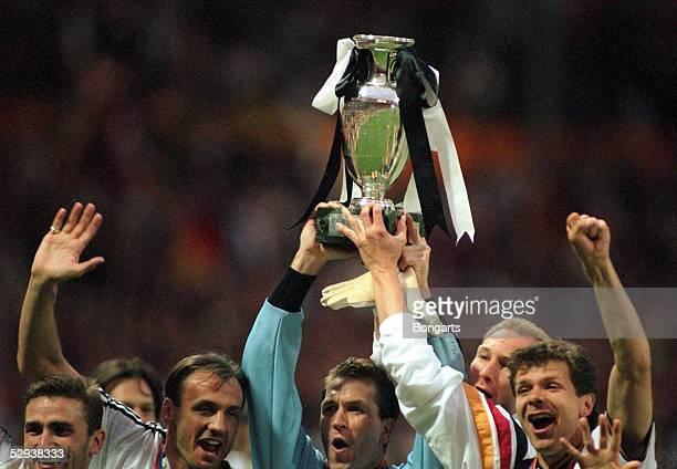 EURO 1996 Finale London/ENG TSCHECHISCHE REPUBLIK DEUTSCHLAND 12 n Verl JUBEL der deutschen Mannschaft nach Gewinn der Europameisterschaft
