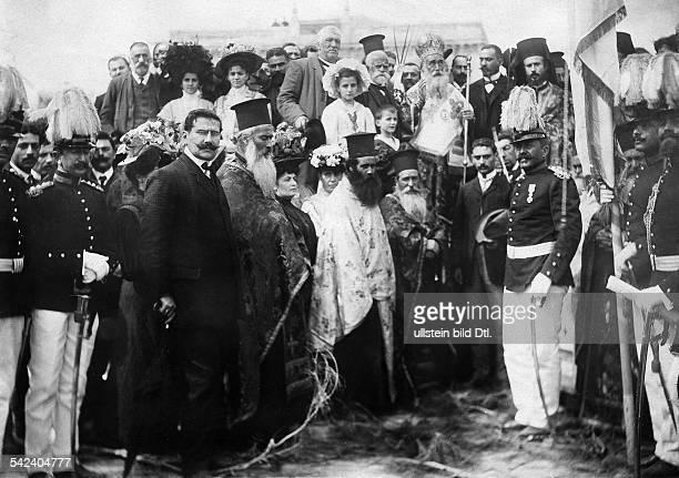 Der Erzbischof von Kreta und die hohe Geistlichkeit bei der Vereidigung der Miliztruppen die dem König vonGriechenland den Treueeid leisten Foto...