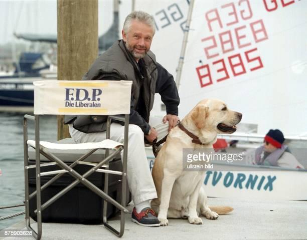 Der FDPPolitiker Wolfgang Kubicki Vorsitzender der FDPFraktion im Landtag SchleswigHolstein sitzt mit Hund auf einem Anleger im Kieler Hafen Neben...