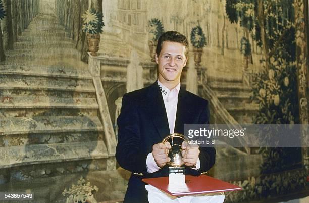 Der Formel1Rennfahrer Michael Schumacher bekommt im November 1993 das 'Goldene Lenkrad' von der Redaktion der 'Bild am Sonntag' verliehen