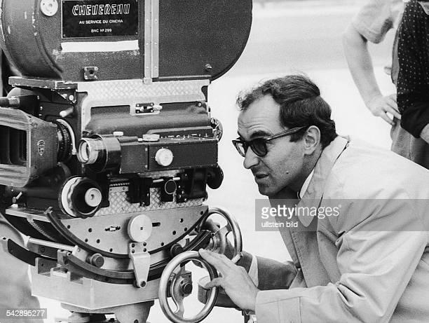 Der französische Regisseur JeanLuc Godard blickt durch eine Kamera der Marke Chevereau während der Dreharbeiten zu dem Film 'Elf Uhr nachts'...