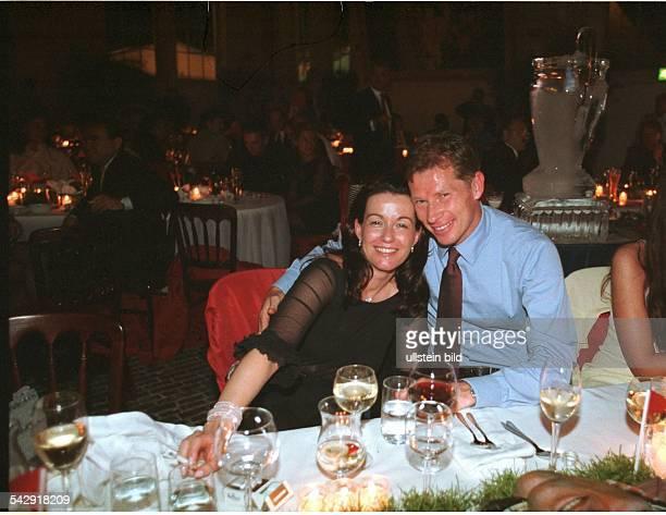 Der Fußballspieler Stefan Reuter nimmt zusammen mit seiner Ehefrau Birgit an einer Feier teil Während der Veranstaltung nimmt Reuter seine Frau in...