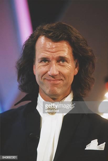 Der Geiger André Rieu mit Halstuch und Brosche Aufgenommen 1999