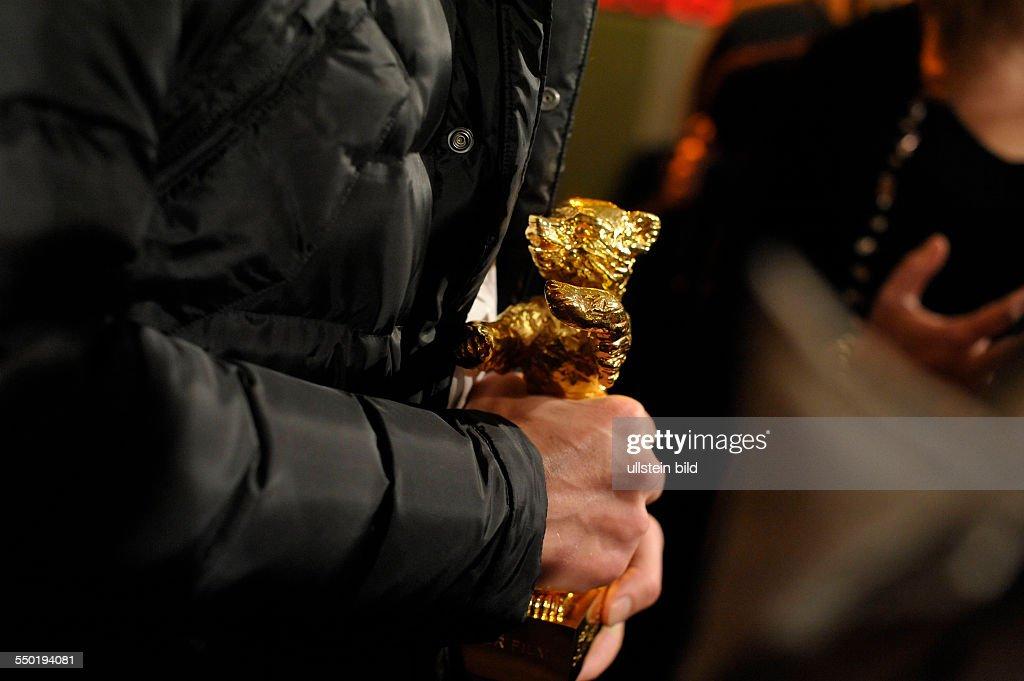 Der Goldene Bär für den Film Child's Pose in den Händen von Regisseur Calin Peter Netzer anlässlich des RadioEins Berlinale Nighttalk am Rande der 63...