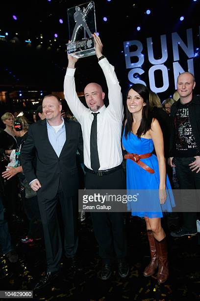 Der Graf of the band Unheilig from North RhineWestphalia poses with contest hosts Stefan Raab and Johanna Klum after winning first place at the 2010...