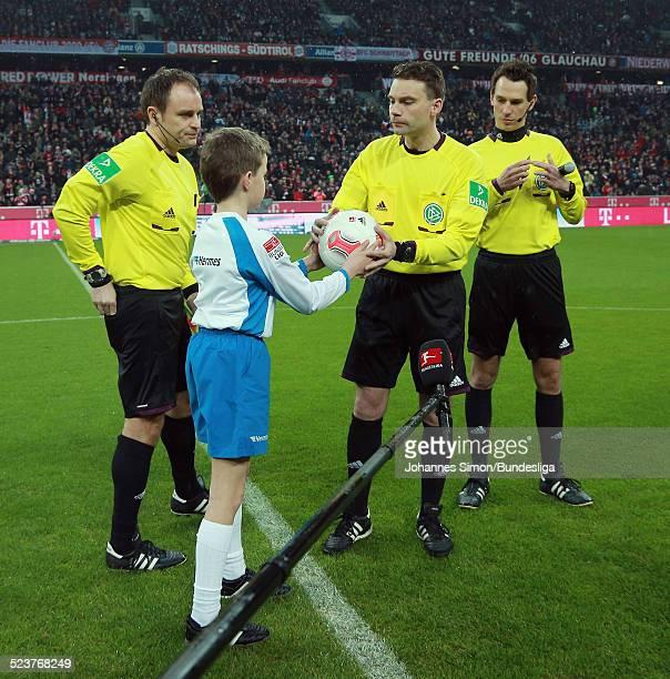 Der HermesBallbote uebergibt den MatchBall an Schiedsrichter Guido Winkmann und seine beiden Assistenten Christian Bandurski und Frederick Assmuth...