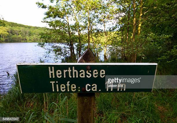 Der Herthasee liegt im Nationalpark Jasmund auf der Insel Ruegen Am Ufer des Sees liegt die Herthaburg eine Wallanlage aus der Zeit der slawischen...