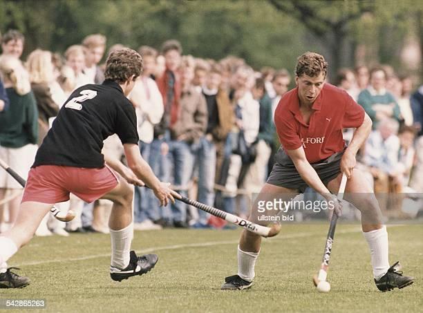 Der Hockeyspieler Joachim Mahn vom Club an der Alster wird von einem Gegenspieler attackiert