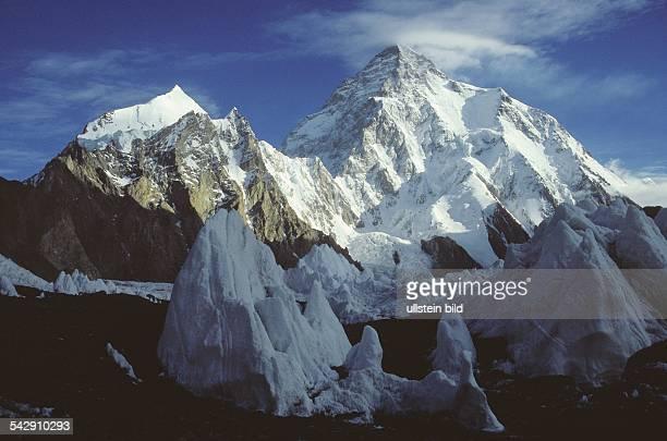 Der im Karakoram gelegene K2 der mit einer Höhe von 8611 Metern der zweithöchste Berg der Erde ist Im Vordergrund befindet sich die Eisspitze des...