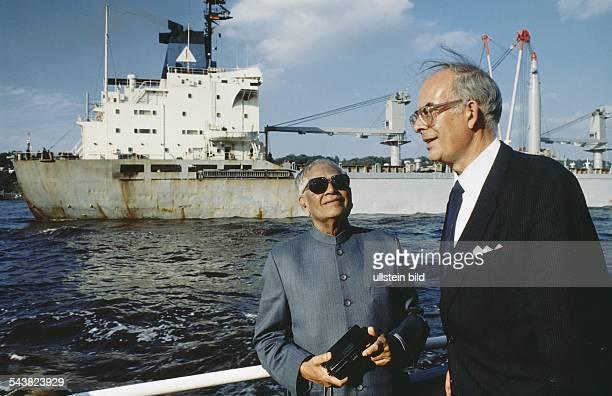 Der indische Präsident Ramaswamy Venkataraman und der Hamburger Wirtschaftssenator Wilhelm Rahlfs an Bord der 'Hans Albers' im Hamburger Hafen...