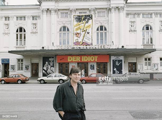 Der Intendant des Deutschen Schauspielhauses in Hamburg Michael Bogdanov steht vor dem Theater Aufgenommen um 1989