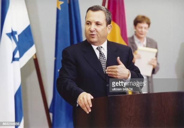 Der israelische Premierminister Ehud Barak bei seinem Deutschlandbesuch 1999 in Berlin Er steht während eines Pressegespräches am Rednerpult im...