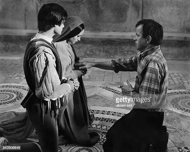 Der italienische Filmregisseur Franco Zeffirelli gibt bei den Dreharbeiten zu seinem Film 'Romeo und Julia' den beiden Hauptdarstellern Leonard...