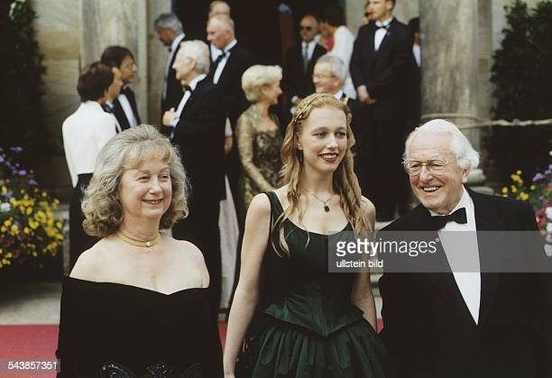 Der Leiter der Bayreuther Festspiele Wolfgang Wagner steht zusammen mit seiner Frau Gudrun und seiner Tochter Katharina in Abendgarderobe vor einem...