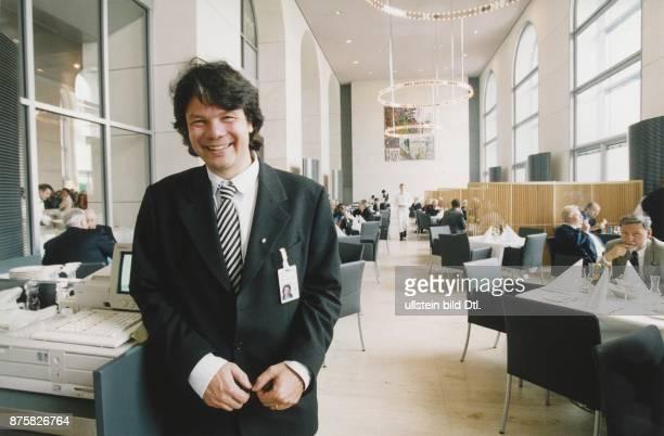 Der Münchner Michael Käfer ist Betreiber und Besitzer des Restaurants im Deutschen Bundestag Im Hintergrund ist der Essraum zu sehen