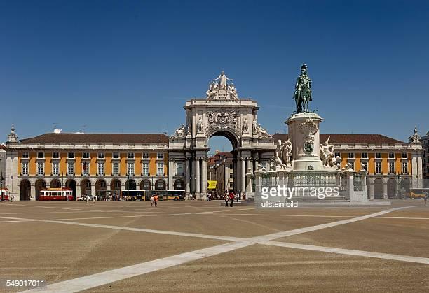Der neu gestaltete Praca do Comercio mit der Reiterstatue Jose I und dem Arco da Rua Augusta im Stadtteil Baixa