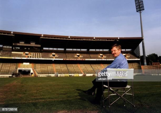 Der Politiker Jürgen Möllemann im Gelsenkirchener Parkstadion Er sitzt auf einem Klappstuhl auf dem Fußballfeld und blickt über seine Schulter in die...