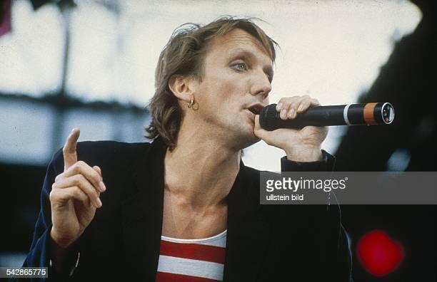 Der Popsänger Marius MüllerWesternhagen bei einem Auftritt mit Mikrophon Undatiertes Foto