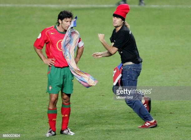 EURO 2004 Finale Portugal Griechenland 01 Der Portugiese Luis Figo wird von einem Mann der das Spielfeld stürmt mit einer Fahne seines früheren Klubs...