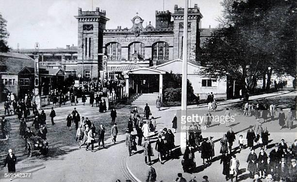 Der Saarbrücker Hauptbahnhof mit Vorplatz zu Zeiten des Zweiten Weltkrieges