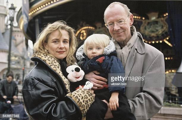 Der Schauspieler HansPeter Korff ist mit seiner Frau Christiane und Sohn Johannes auf dem Rummelplatz Korff und seine Frau halten den Sohn und eine...