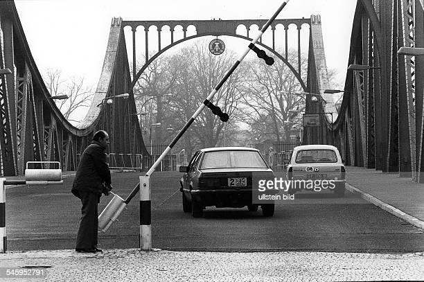 Der Schlagbaum der 'Brücke der Einheit'wird für ein Diplomatenfahrzeug geöffnet 1985