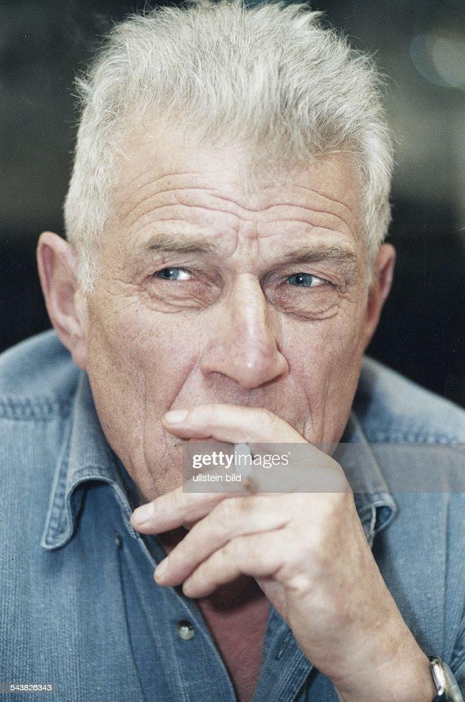 Der Schriftsteller <b>John Berger</b>, eine Zigarette rauchend. - der-schriftsteller-john-berger-eine-zigarette-rauchend-picture-id543826343