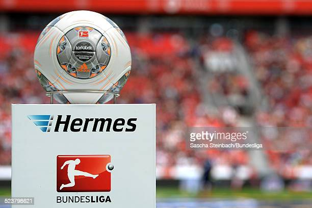Der Spielball 'Torfabrik' liegt auf einer Stehle mit dem Hermes und BundesligaLogo vor dem Bundesligaspiel zwischen Bayer Leverkusen und SC Freiburg...