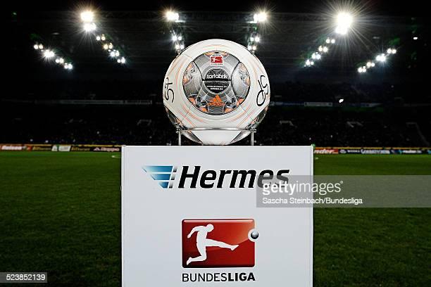 Der Spielball 'Torfabrik' liegt auf einer Stele mit dem Hermes und BundesligaLogo zu Beginn des Bundesligaspiels zwischen Borussia Moenchengladbach...
