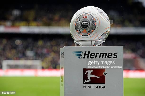 Der Spielball 'Torfabrik' liegt auf einer Stele mit dem Hermes und BundesligaLogo zu Beginn des Bundesligaspiels zwischen Werder Bremen und Borussia...