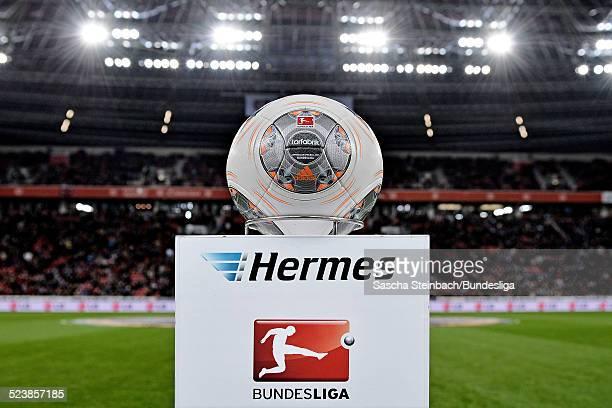 Der Spielball 'Torfabrik' liegt auf einer Stele mit dem Hermes und BundesligaLogo zu Beginn des Bundesligaspiels zwischen Bayer Leverkusen und FC...
