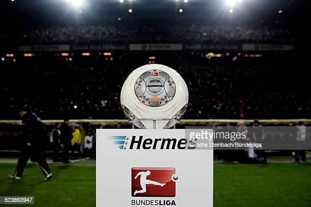 Der Spielball 'Torfabrik' liegt auf einer Stele mit dem Hermes und BundesligaLogo zu Beginn des Bundesligaspiels zwischen Borussia Dortmund und FC...